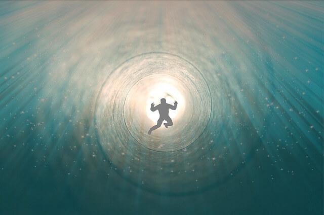 Leben nach dem Tod - Titelbild: Mann in Spirale und in Licht getaucht
