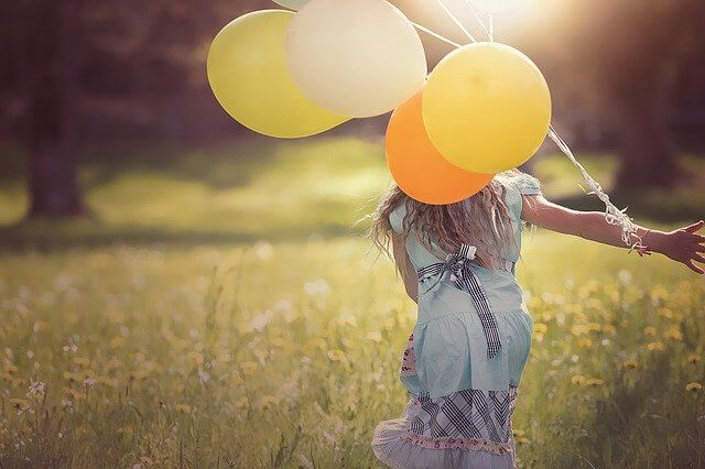Wieviel Leben passt in einen Tag. Titelbild Mädchen mit Ballons.