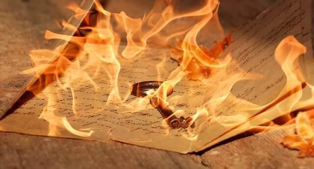 Wünsche ans Universum senden: Wünsche schreiben und verbrennen - das kann ein hilfreicher Wunschverstärker sein.